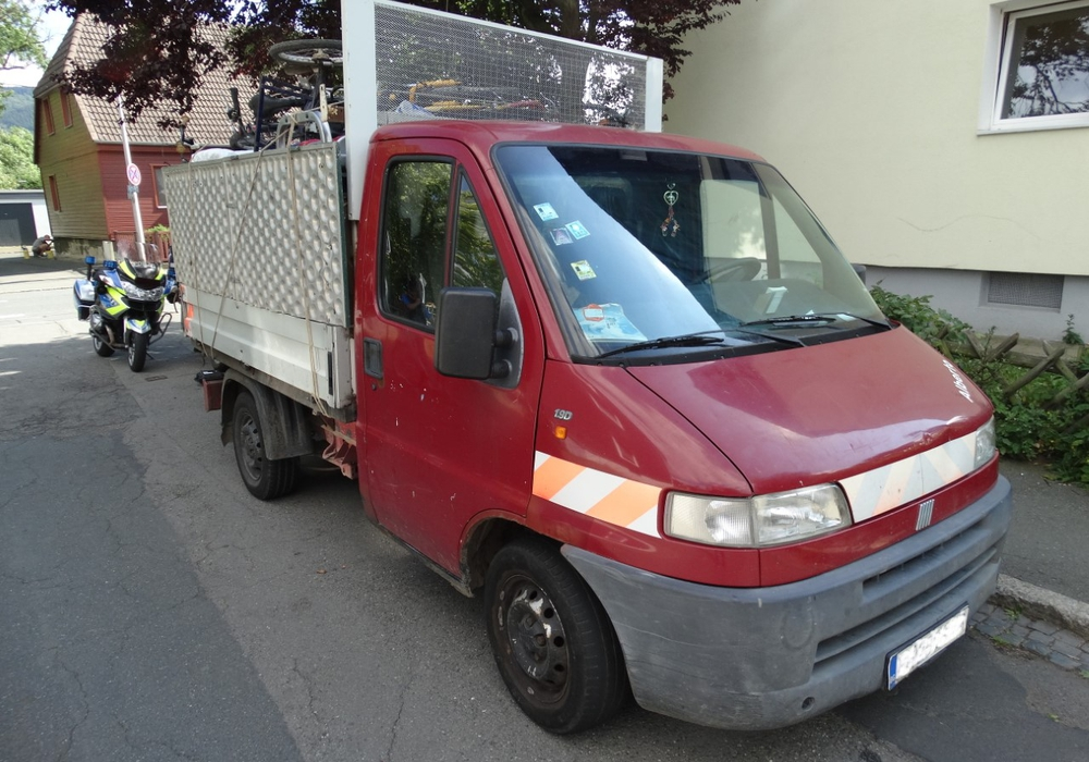 Voll beladener Kleintransporter zur Altmetallsammlung. Die Polizei untersagte die Weiterfahrt wegen 38 Einzelmängeln. Foto: Polizei