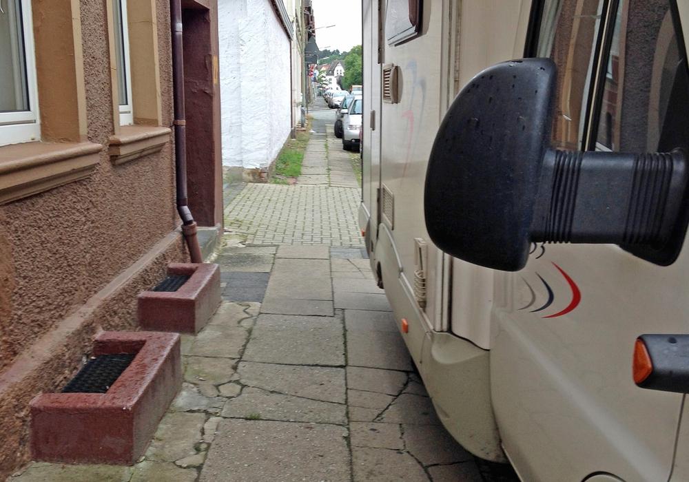 Hier ist kaum noch Platz für einen Rollstuhlfahrer. Fotos: Kreisverkehrswacht Helmstedt e.V.