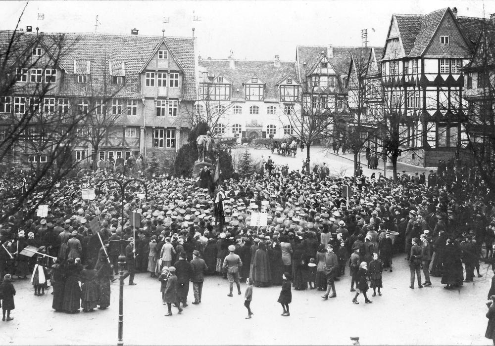Kommunistische Versammlung auf Stadtmarkt, 1918. Foto: Museum Wolfenbüttel.