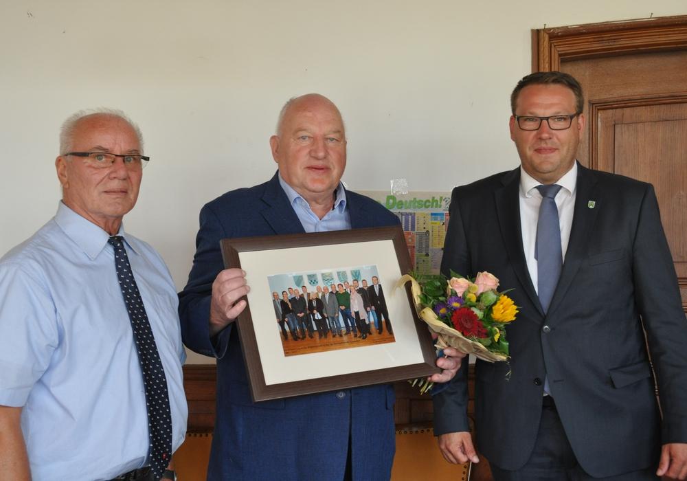Reinhard Beckmann (Mitte) wurde in der letzten Sitzung vor der Sommerpause aus dem Samtgemeinderat verabschiedet. Foto: Samtgemeinde Grasleben