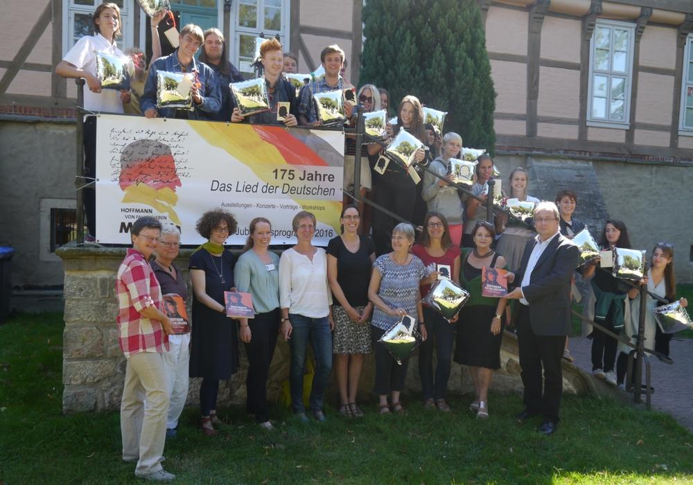 Das Hoffmann-von-Fallersleben-Museum stellt Lehrern und Schulklassen das Begleitbuch zu seiner Ausstellung zur Verfügung – hier dem Ratsgymnasium Wolfsburg und dessen Austauschschule aus RØskilde (Dänemark). Foto: Stadt Wolfsburg