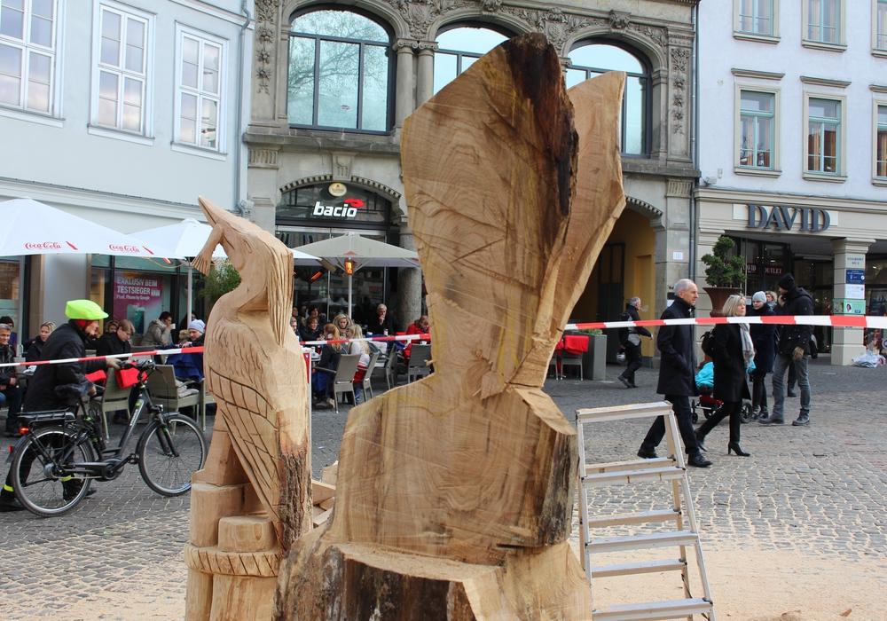 Damit die Holz-Skulpturen so schön anzusehen sind, muss der Künstler viel Herzblut investieren. Foto: Nick Wenkel