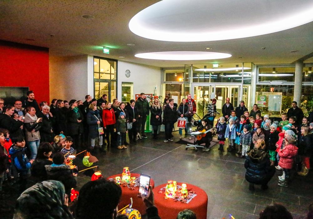 Alle gehen mit ihrer Laterne - die Kinder aus der Gemeinschaftsunterkunft im Jugendgästehaus und die Kinder der Kita Groß Stöckheim. Zuvor wurde gemeinsam gesungen. Foto: Thorsten Raedlein