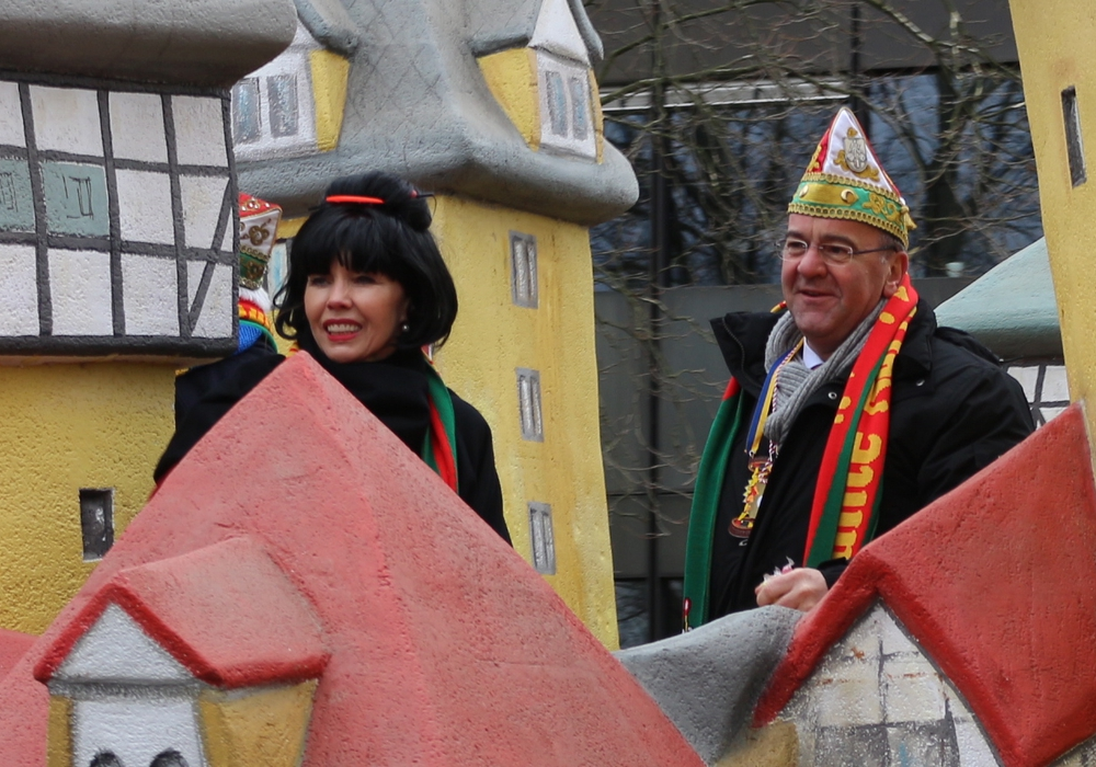 Doris Schröder-Köpf mit ihrem Lebenspartner Boris Pistorius beim Braunschweiger Karnevalsumzug. Foto: Anke Donner