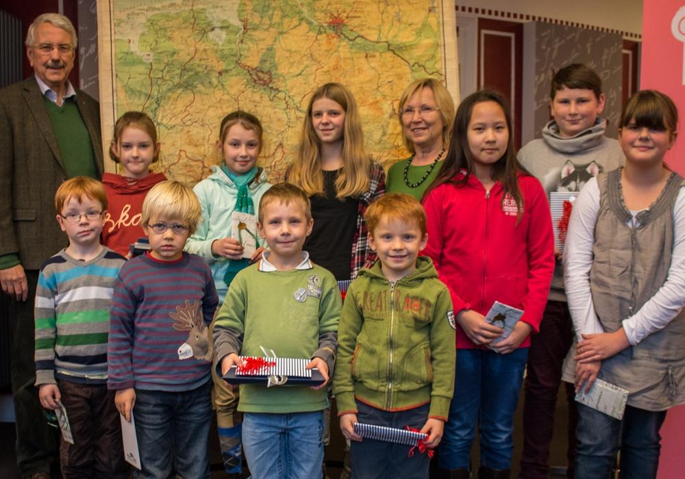 Die glücklichen Gewinner des Luftballon-Weitflug-Wettbewerbes, zusammen mit Dr. Alfred Henning und Elke Wesche vom Kulturbund der Lessingstadt Wolfenbüttel e.V. Foto: Werner Heise