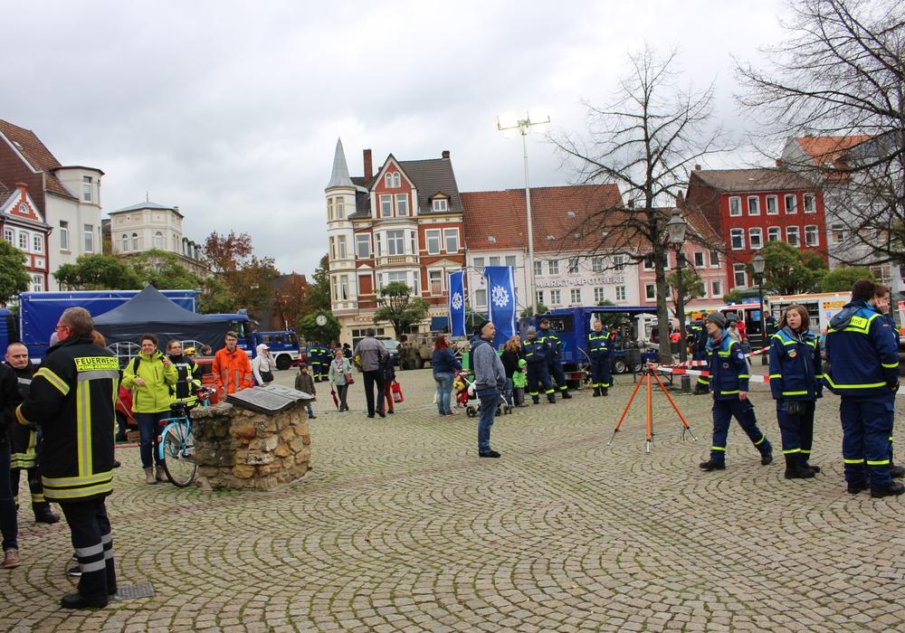 Der erste Peiner Uniformtag lockte viele Besucher auf den Marktplatz. Fotos: Anke Donner