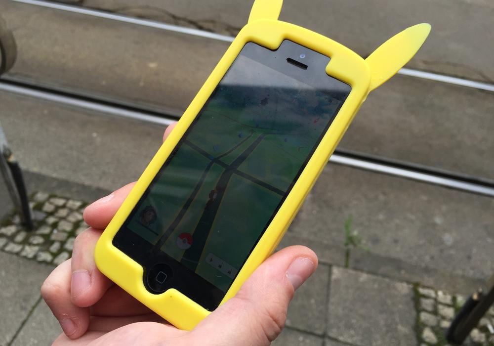 Seit gut zwei Wochen sind die Pokémon-Jäger deutschlandweit unterwegs. Der Zeitvertreib ruft nun auch die Polizei auf den Plan. Foto: Anke Donner