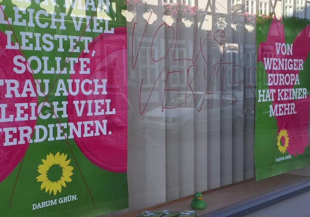 Ein Fenster des Grünen Parteibüros wurde von Unbekannten beschmiert. Foto: Grüne Goslar