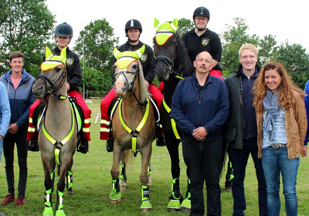 Rechts auf ihrem Pferd Jelle ist Landesstellen-Gründerin Miriam Meier abgebildet. Foto: Privat