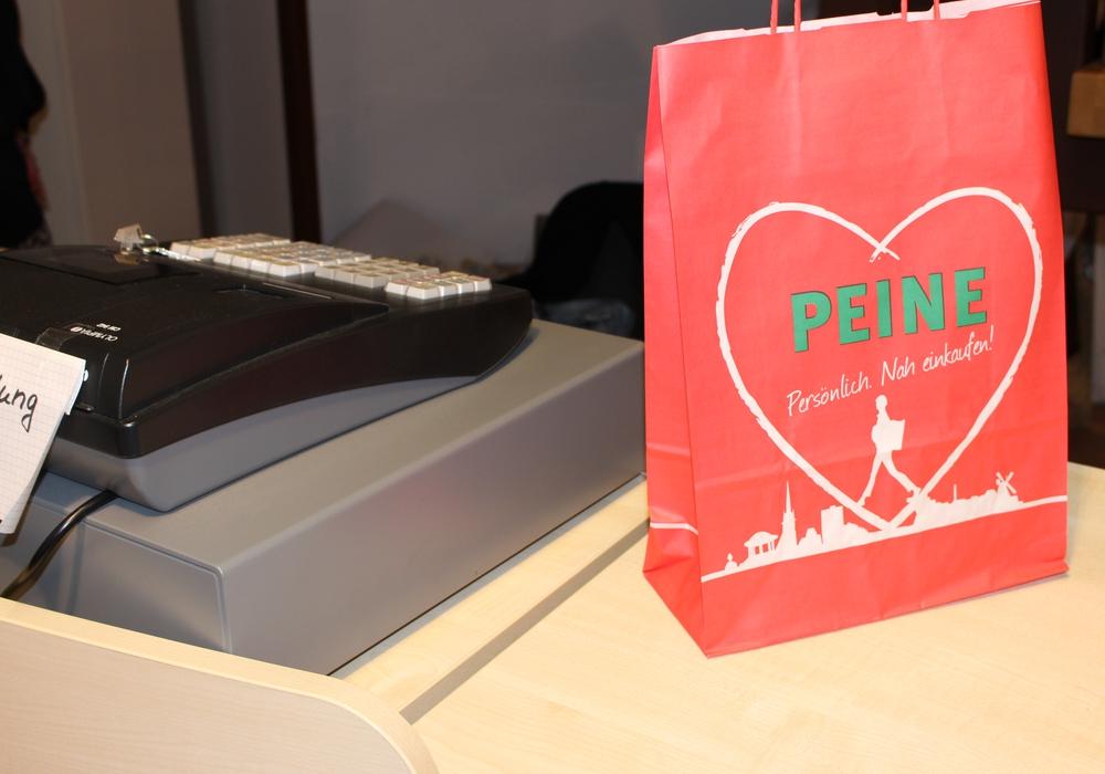 Die City-Gemeinschaft bewirbt das Einkaufen in der Eulenstadt mit speziellen Tüten. Fotos: Frederick Becker