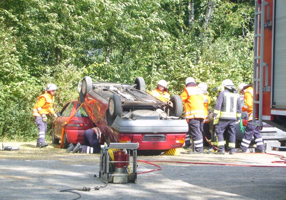 Die Kameraden übten die Rettung nach einem Überschlag. Foto: Feuerwehr