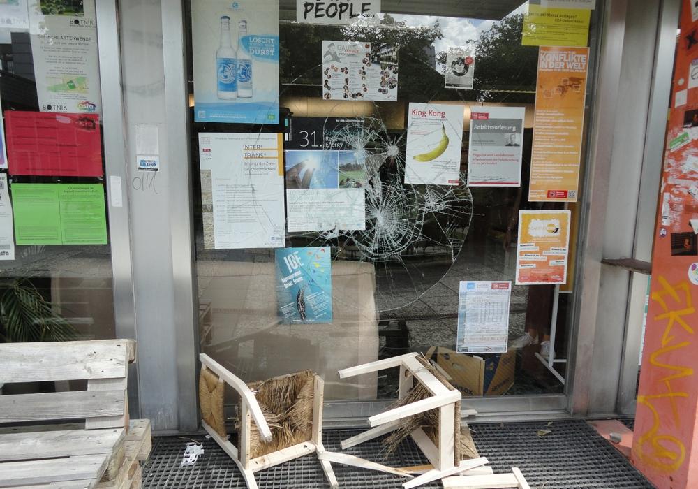 Weiterer Angriff auf das AStA-Büro: Die Scheiben sind in der Nach von Samstag auf Sonntag eingeworfen worden. Foto: privat