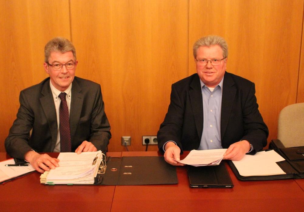 Samtgemeindebürgermeister Rüdiger Fricke und Gemeinderat Lothar Wenzel (CDU) suchen nach Lösungen. Foto: Christoph Böttcher