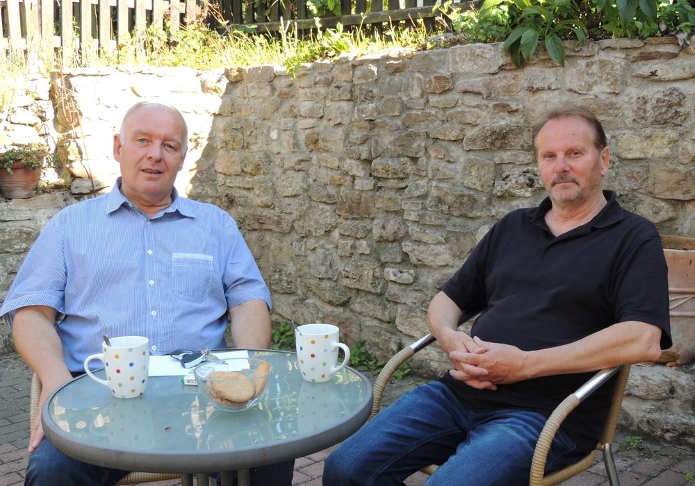 Burkhard Klie, bedankt sich bei dem Fraktionsvorsitzenden der Grünen, Bernhard Foitzik, für die letzten fünf Jahre der Koalition im Gemeinderat Denkte. Foto: Privat