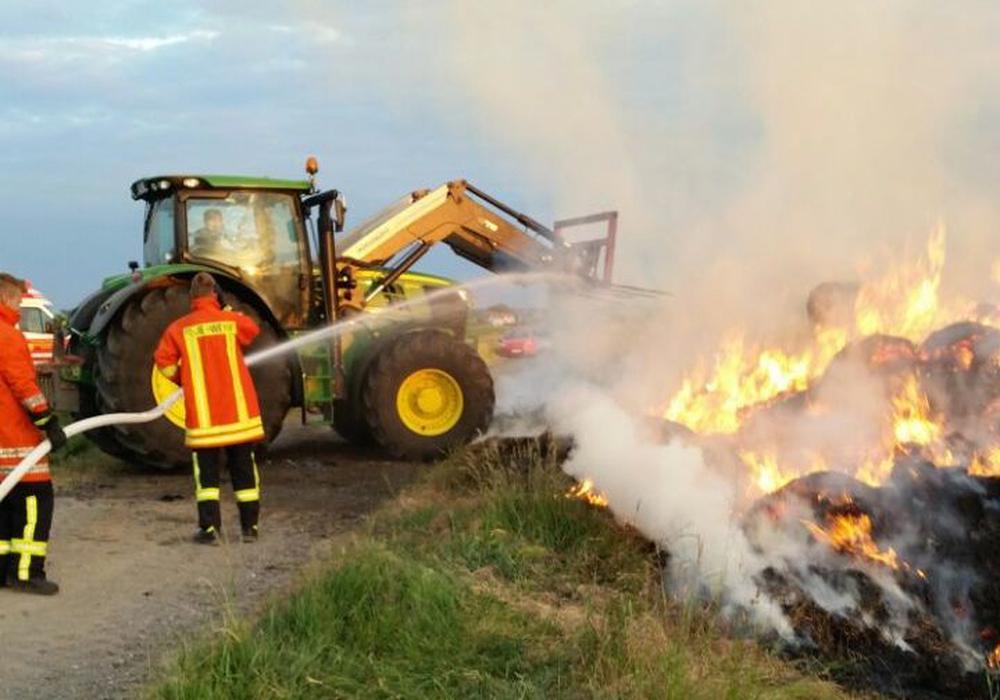 Gegen 4 Uhr brannten etwa 80 Strohballen in Sickte. Laut Polizei kann von Brandstiftung ausgegangen werden. Foto: FFW Sickte