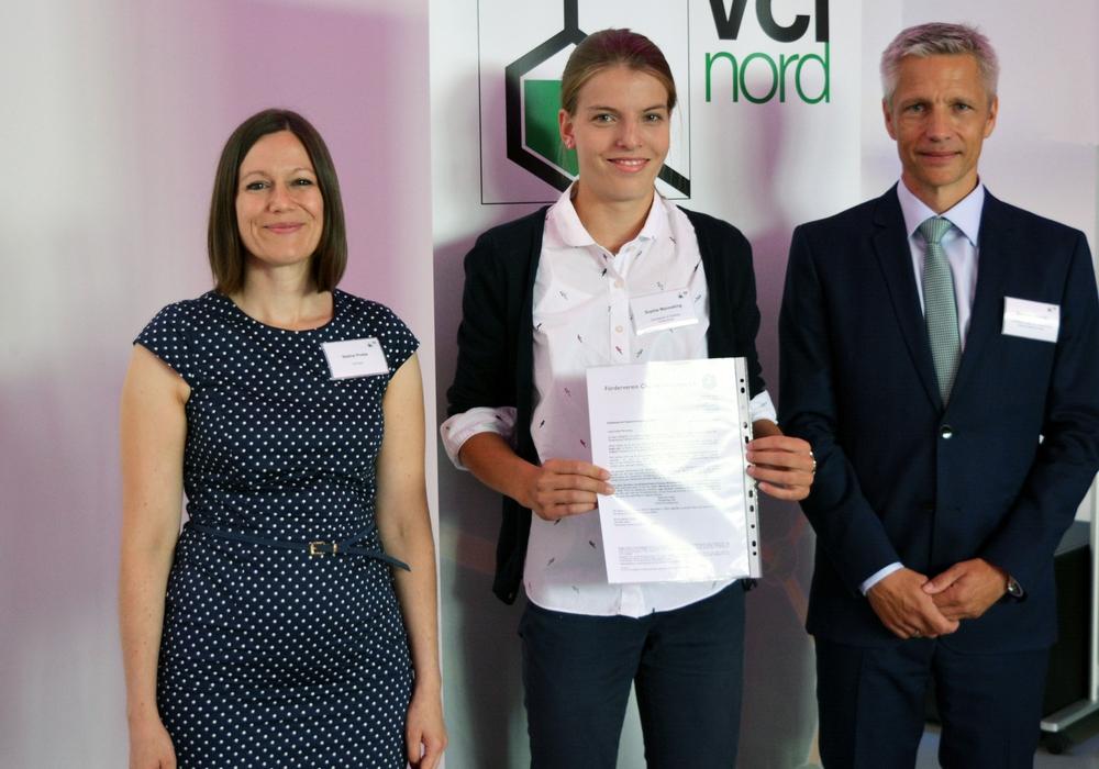 Nadine Priebe (Referentin für Öffentlichkeitsarbeit),  Preisträgerin Sophie Menneking, Dr. Matthias Lemmler (Landesbeauftragten des Wettbewerbs). Foto: GIS