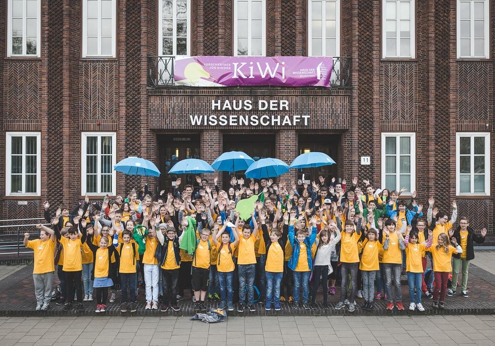 Die KiWi-Forscherinnen und Forscher vor dem Haus der Wissenschaft. Foto: Haus der Wissenschaft/Florian Koch