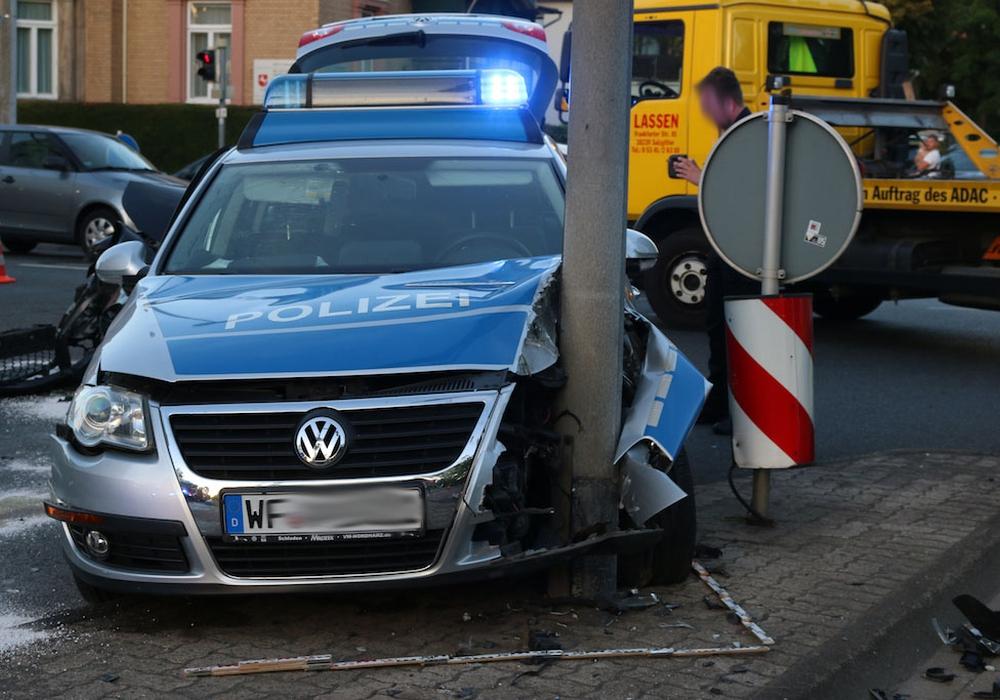 Das verunfallte Streifenwagen nach dem Crash. Foto: Werner Heise