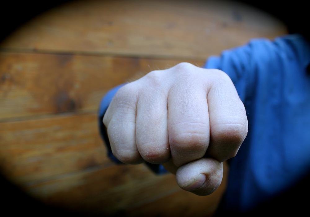 Unbekannte Täter traktierten 26-jährigen Mann mit Faustschlägen. Symbolbild. Foto: Archiv