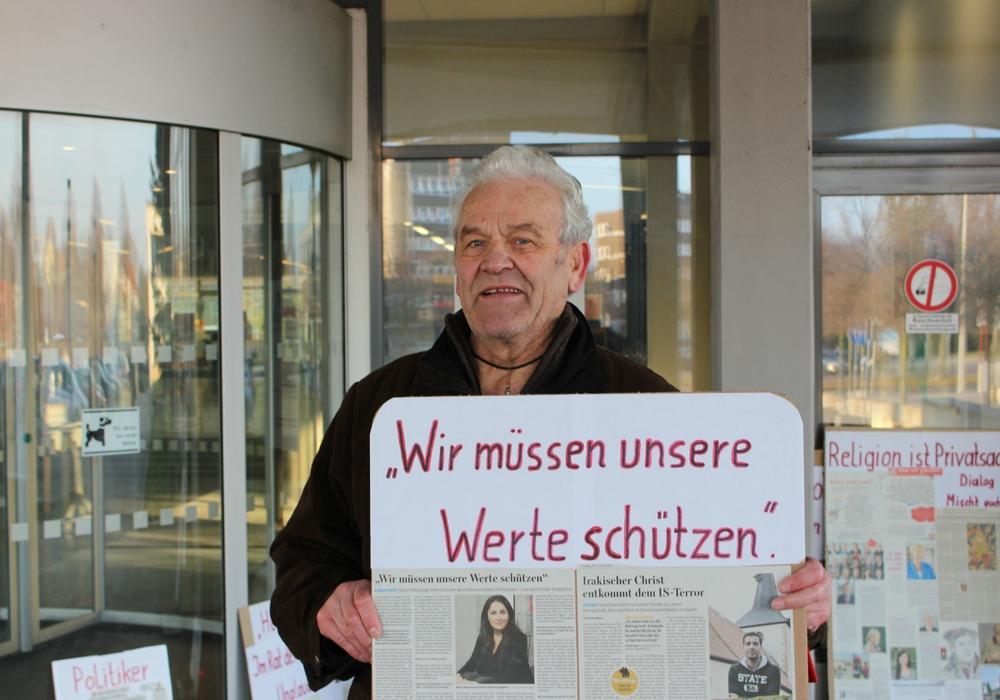Wolfgang Wolters demonstriert vor dem Rathaus. Foto: Alexander Panknin