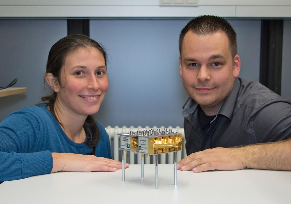Iulia Dan (Universität Stuttgart) und Sebastian Rey (Technische Universität Braunschweig) mit dem TERAPAN Modul zur elektronischen Strahlschenkung. Bildnachweis: TU Braunschweig/Sebastian Rey