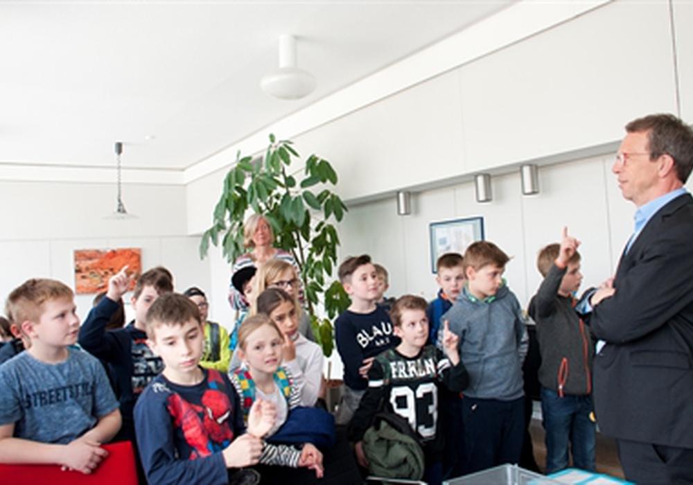 Oberbürgermeister Klaus Mohrs erwartete die Gruppe in seinem Büro. Fotos: Stadt Wolfsburg
