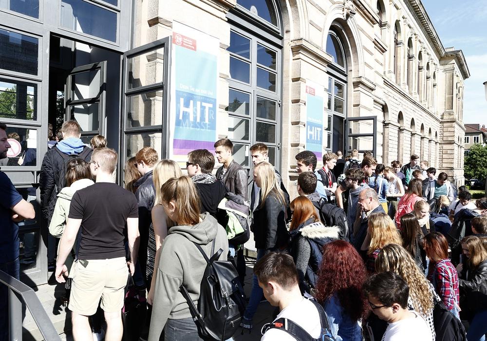 Am 9. Juni findet wieder der Hochschulinformationstag der TU Braunschweig statt. Studieninteressierte können sich hier ausgiebig informieren. Foto: TU Braunschweig
