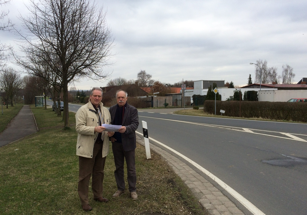 Rolf Naue und Frank Oesterhelweg an der Einmündung der Straße in die L 615. Foto: Privat