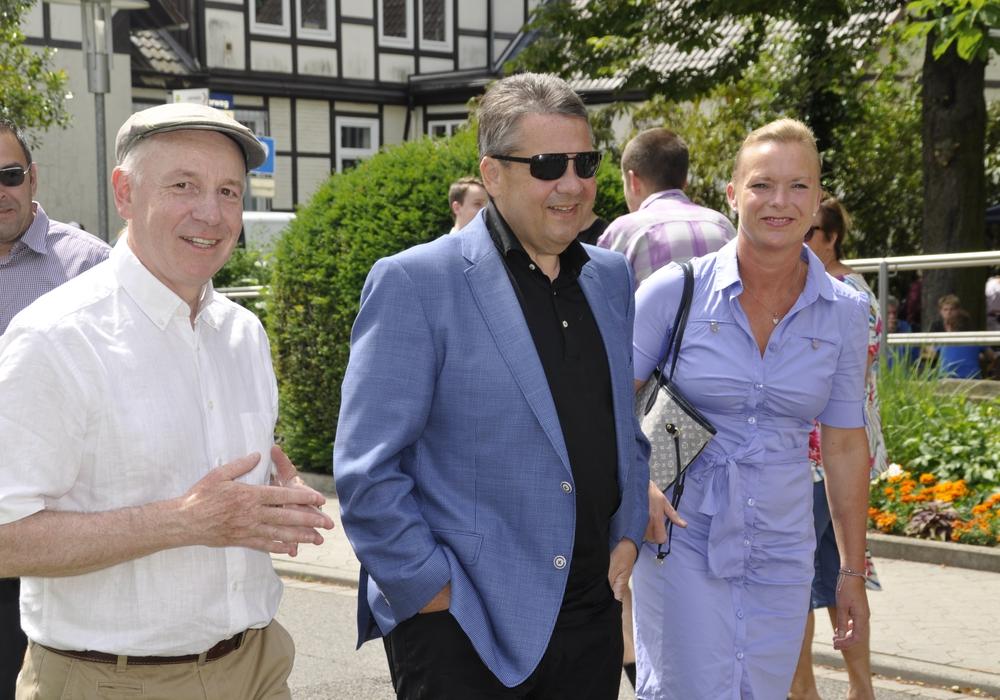 Von links: Rüdiger Becker, Sigmar Gabriel, Dunja Kreiser bei der Ankunft in Neuerkerode. Fotos: Privat