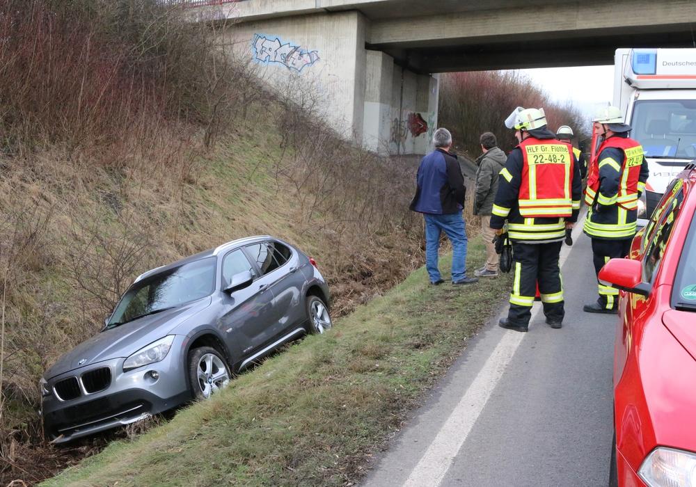 Der BMW fuhr einfach in den Graben. Foto: Werner Heise