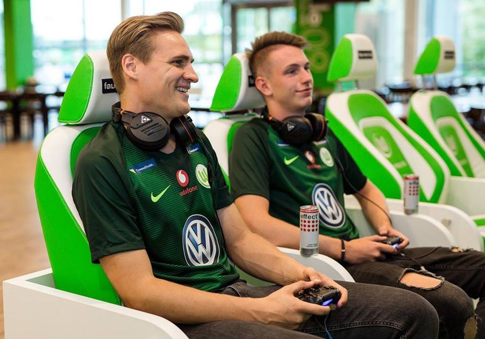 Die E-Sportler des VfL Wolfsburg. Benedikt Saltzer (SaLz0r) und Timo Siep (TimoX). Foto: VfL Wolfsburg