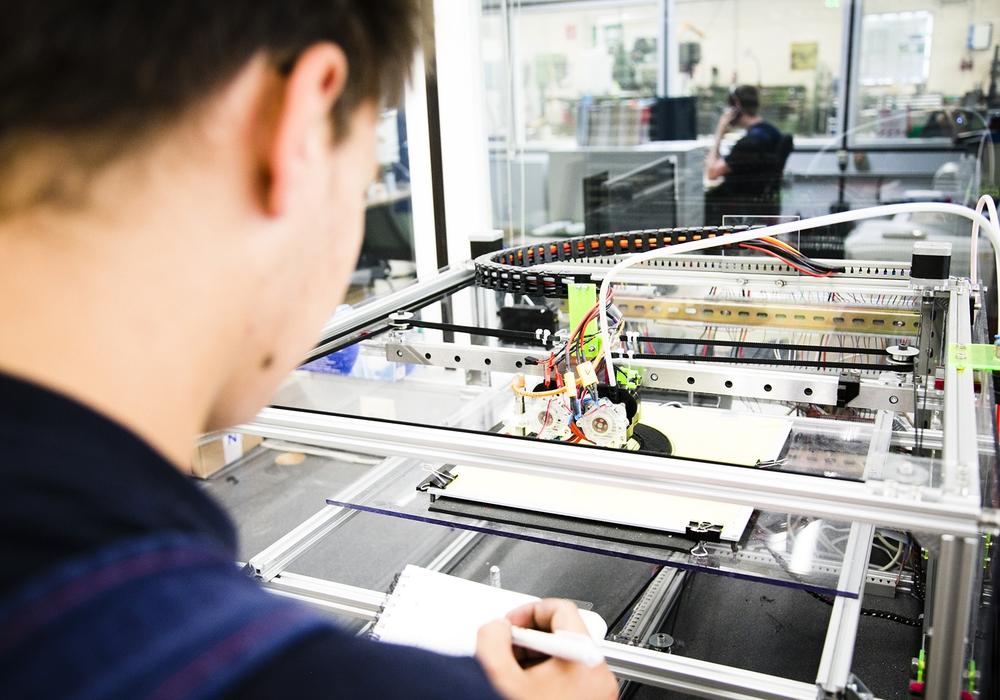 Technik hinterm Essen. Azubis in der Lebensmittelindustrie sind längst am 3D-Drucker aktiv. Foto: NGG