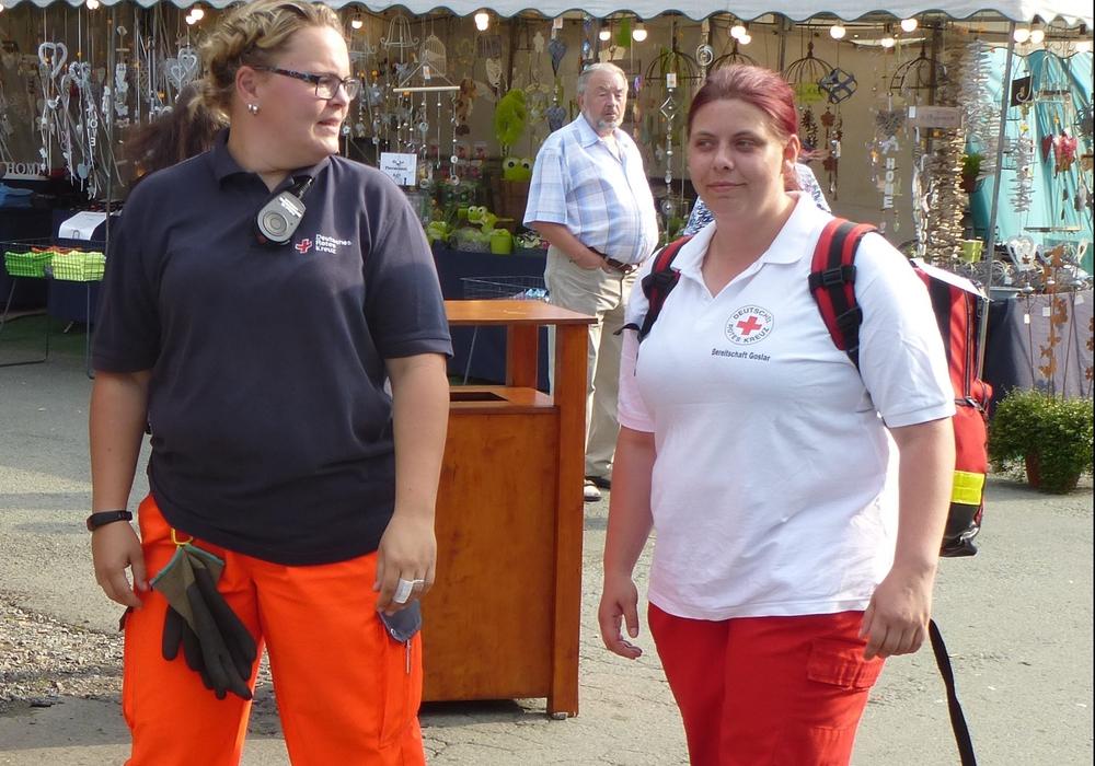 V.l.: Carina Alpert und Ann-Kathrin Samow bei einer ihrer Streifen über den Festplatz. Foto: Timo Pischke\DRK Kreisverband Goslar