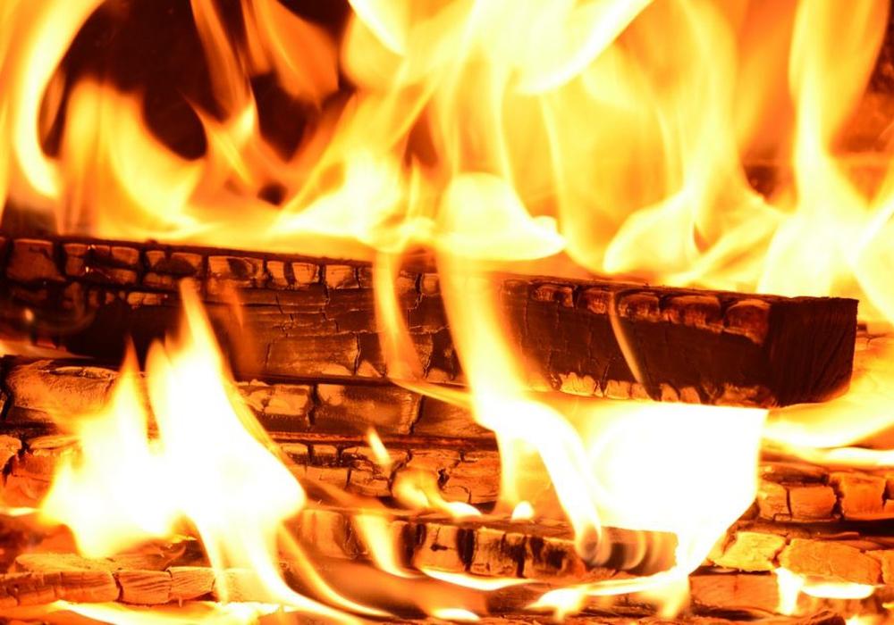Die Romantik eines Holzfeuers hat leider auch Nebenwirkungen: Feinstaub. Fotos: Pixabay (public domain)