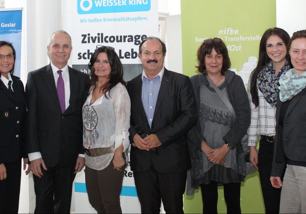 Einige Mitglieder des Netzwerkes mit Landrat Thomas Brych und Referentin Sabine Lück. Foto: Landkreis Goslar