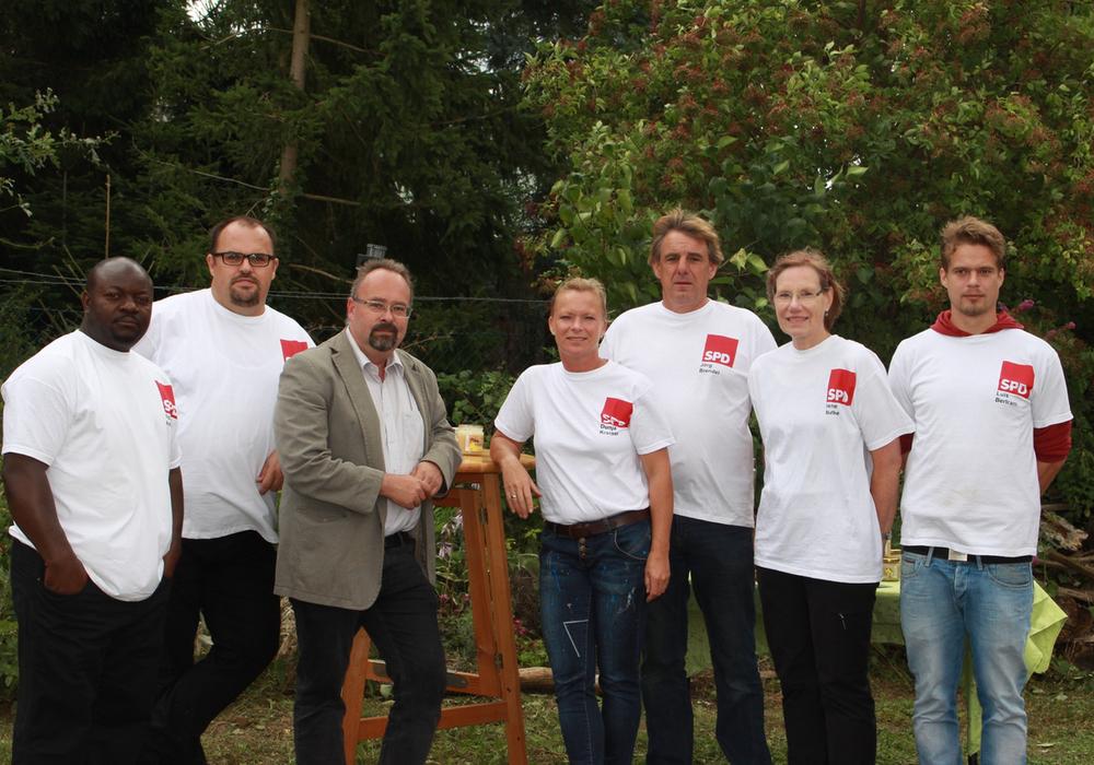 Die Evessener Kommunalwahlkandidaten der SPD zu Besuch in einer Imkerei. Foto: Privat