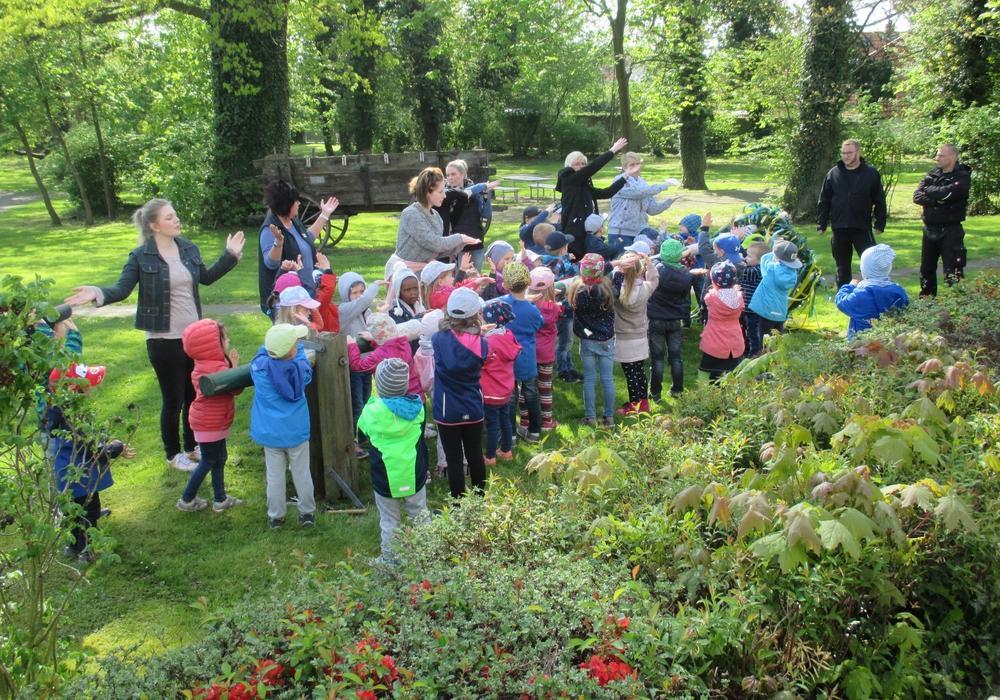 Kinder und Begleiter singen das Segenslied. Im Bild Uta Sahr (2. v.li.) und  Marion Görgen (2.v. r.) mit den Kindern. Foto: DLS