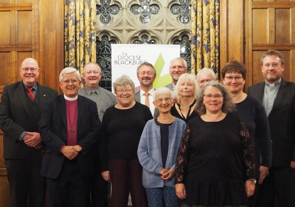 Von links: Christian Wolff (Sprecher Lektorenvertrauenskreis), Bishop of Blackburn Julian Henderson, Reverend Andrew Holliday (Warden of Raders), Judith Addison, Rolf Warnecke, Margaret Ives, Andreas Truthe, Sabine Welge, Peter Müller, Sylvia Radke, Sabine Burchardt und Propst Martin Fiedler. Foto:  Ev.-luth. Landeskirche Braunschweig