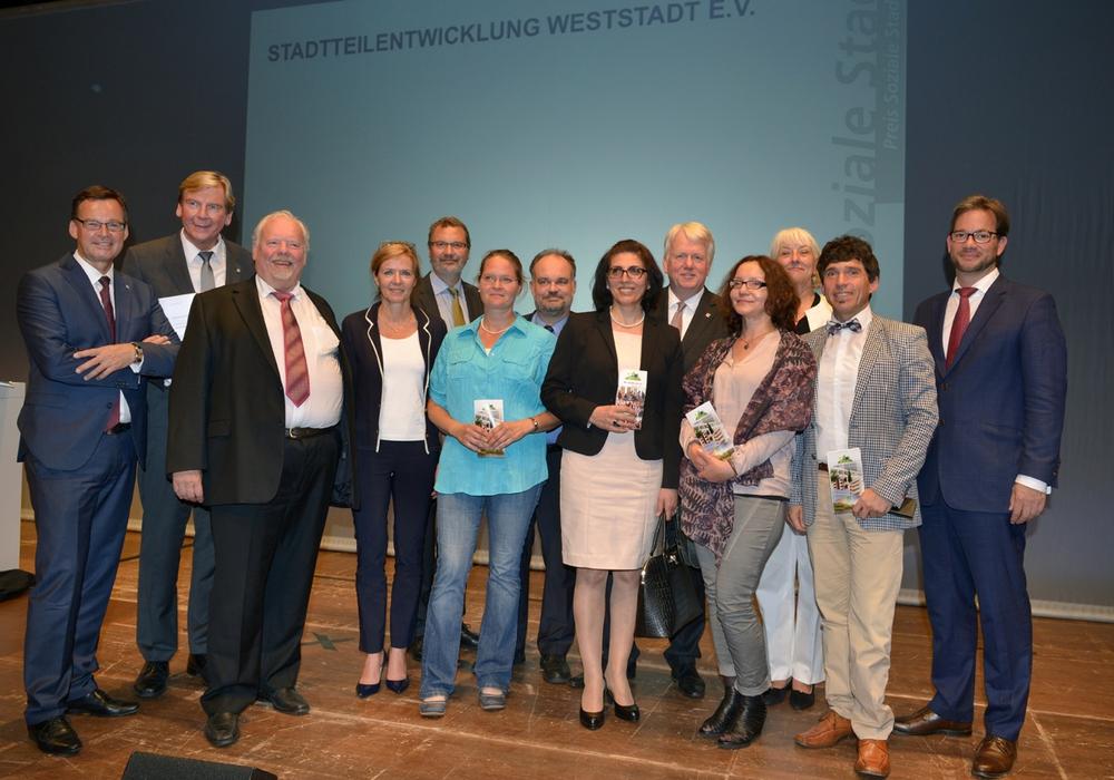 Die Nominierten aus Braunschweig-Weststadt gemeinsam mit Vertretern der Auslober. Foto: Tina Merkau