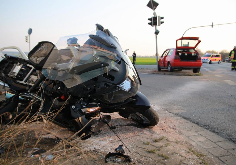 Der Fahrer des Motorrads wurde bei dem Unfall schwer verletzt. Foto: Rudolf Karliczek