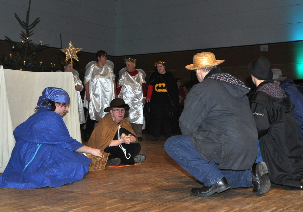 Die inklusive Theatergruppe der Lebenshilfe führte ein Krippenspiel auf. Foto: Regio-Press