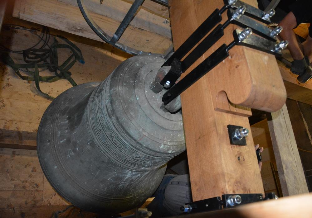 Die Glocke ist nun wieder dort, wo sie hin gehört. Foto: Kirchenkreis Peine