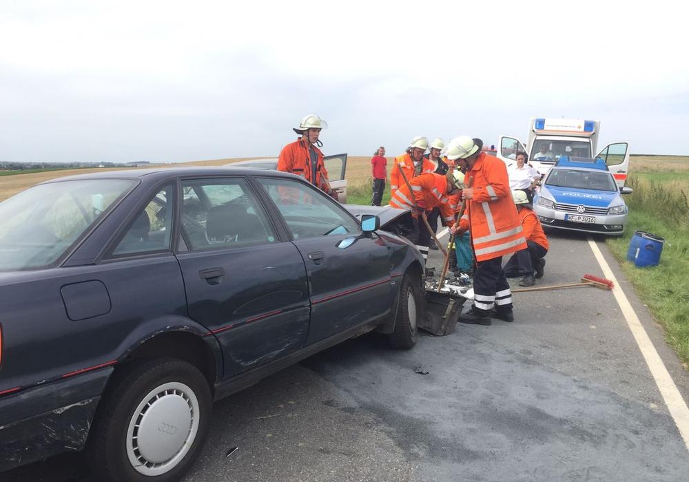 Zwei Autos stießen frontal zusammen. Fotos: Anke Donner