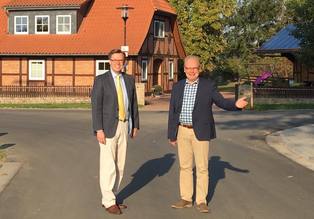 Landrat Dr. Andreas Ebel (links im Bild) und Thomas Spanuth, Bürgermeister der Gemeinde Meinersen, freuen sich über den abgeschlossenen Ausbau der Ortsdurchfahrt Höfen. Foto: Landkreis Gifhorn