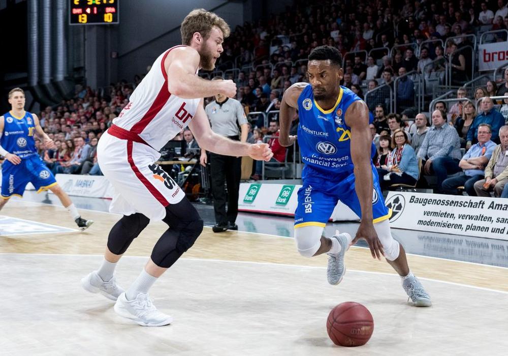 Nichts zu holen für Dyshawn Pierre (re.) und die Basketball Löwen beim Meister Bamberg. Foto: Thomas Hahn