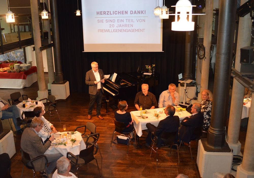 Agenturvorsitzender Falk Hensel begrüßt die Gäste zum 20. Geburtstag der Freiwilligenagentur Jugend, Soziales und Sport. Foto: Freiwilligenagentur