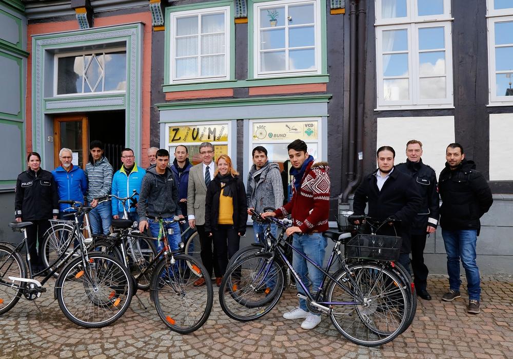 Fahrradübergabe am Zentrum für Umwelt und Mobilität. Foto: Stadt Wolfenbüttel