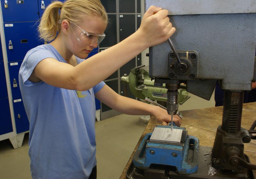 ei der Braunschweigischen Maschinenbauanstalt konnten Teilnehmerinnen wie Celina Pankau aus Querenhorst in der Ausbildungswerkstatt praktisch tätig werden. Foto: Ostfalia