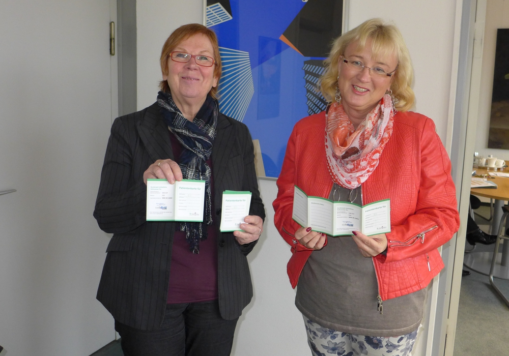 Erste Stadträtin Christa Frenzel und Leiterin Stabstelle Gesundheitsregion Barbara Henning präsentieren die Patientenkarte. Foto: Stadt Salzgitter