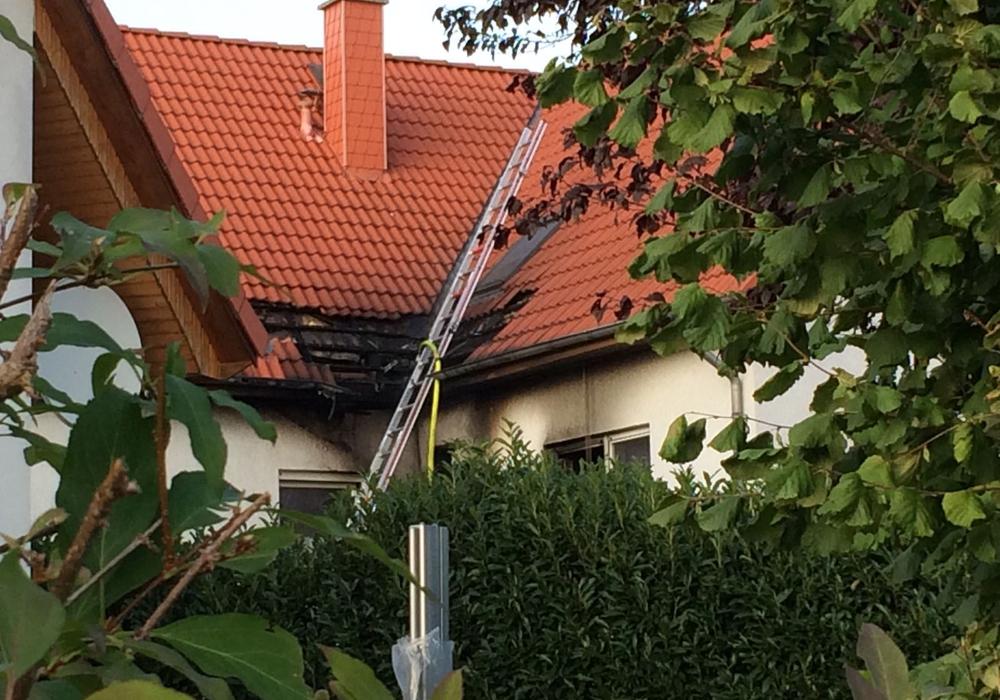 Großen Schaden richtete das Feuer auch am Dach an. Fotos: Werner Heise